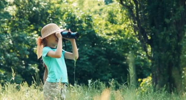 Belenéz a távcső távolságra lány