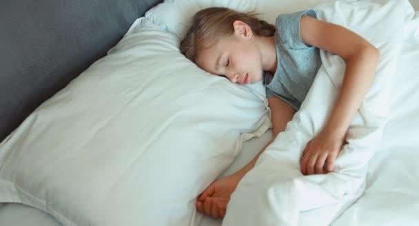 Vértes portré lány 6-8 éves alszik egy ágyban. Szemközti nézet