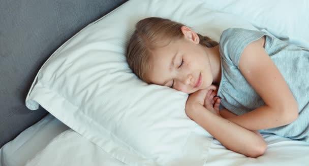 Dívka je v posteli a usmívá se