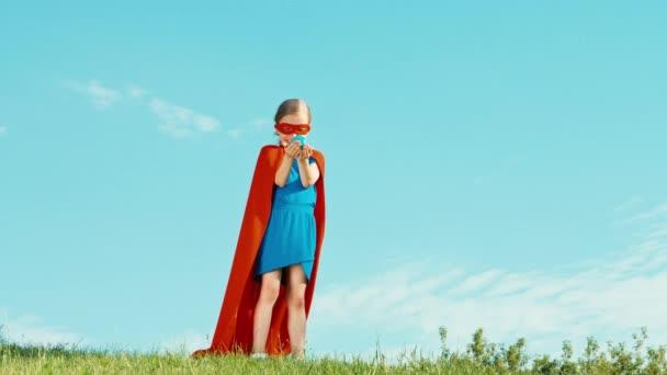 Erős Superhero lány gyermek védi a világ ellen, a kék ég. Szuper hős tartja a kezében a Föld bolygó