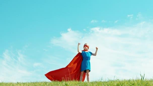 Nagy teljesítményű szuper hős lány gyermek 7-8 éves védi a világ ellen, a kék ég