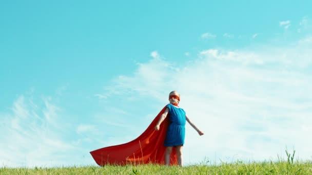 Erős superhero lány gyermek 7-8 éves védi a világ ellen, a kék ég