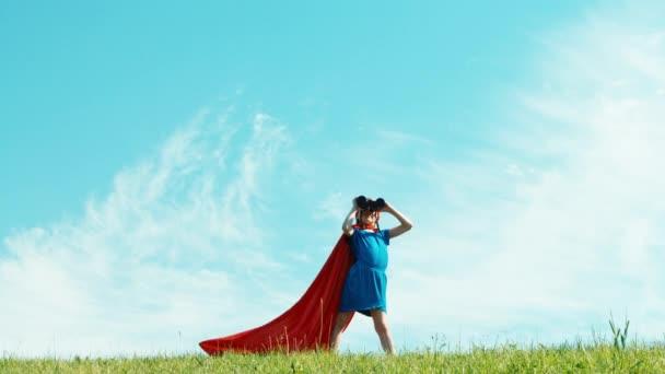 Super hrdina pomocí dalekohledu dívek 7-8 let chrání svět proti modré obloze