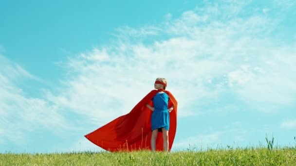 Superhero lány gyermek védi a világ ellen, a kék ég