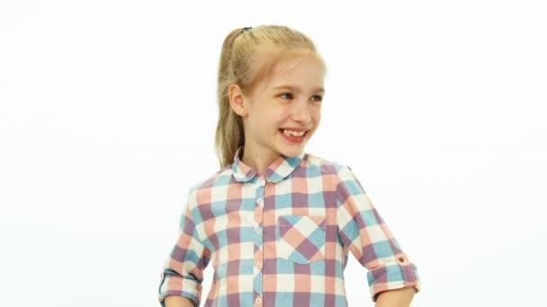Porträt nettes Mädchen im Hemd, das auf weißem Hintergrund steht und in die Kamera lächelt. Daumen hoch. ok