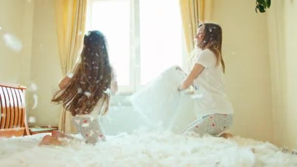 Veren Kussen 16 : Moeder en dochter vechten kussens op het bed in zonnige slaapkamer