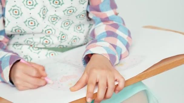 Közelkép portré gyermek lány kalapban ül, és a rajz pillangó rajztábla