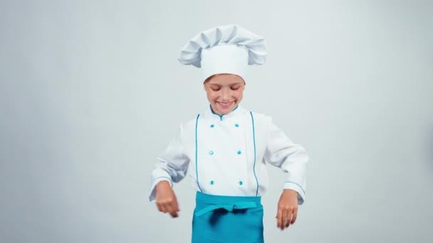 Kuchař kuchař dítě 7-8 let se usmívá na fotoaparát stálé izolované na bílém pozadí