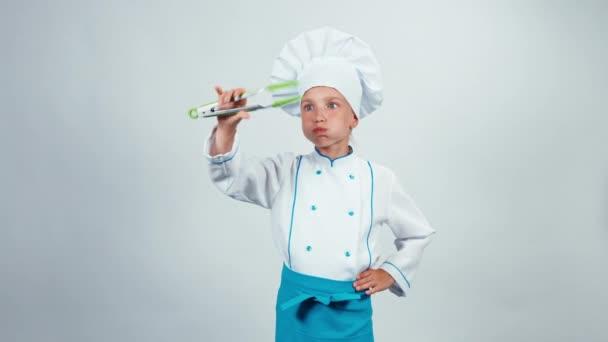 Szakács szakács játék konyha fogóval, és nevetve a kamera