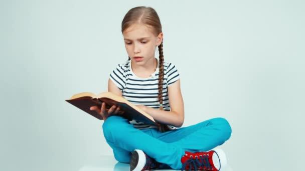 Fille 7 8 Ans Lire Livre Assis Sur Le Sol Enfant De Feuilleter La Page Du Livre