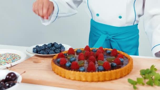 Kis szakács szakács segítségével áfonya torta díszítő