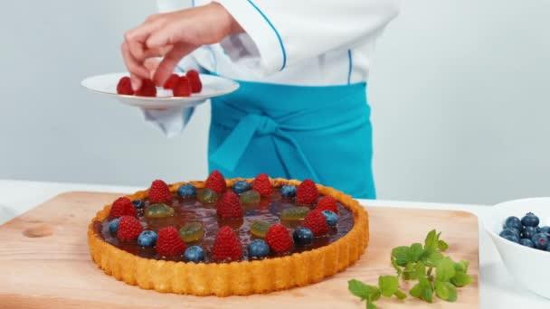 Malý kuchař kuchař zdobení dort maliny