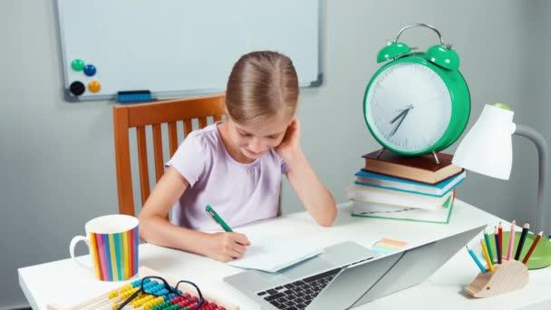 Portré iskolás 7-8 éves valami írás, notebook