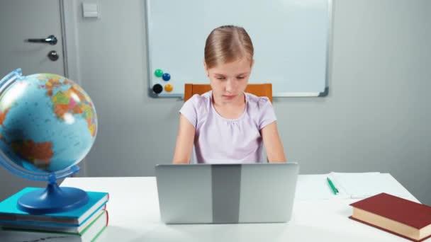 iskolás használ laptop osztályteremben
