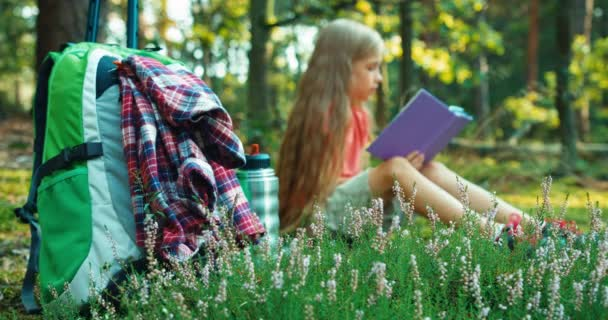 Randonneur Petites Filles 8 9 Ans Lire Livre Dans La Foret Et Souriant A La Camera
