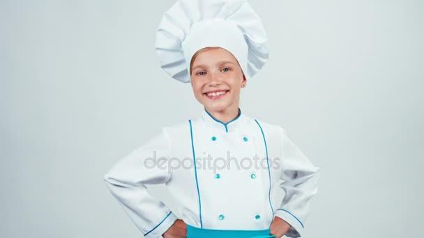 Šéfkuchař vaří dítě 7-8 let stojící izolované na bílém pozadí a usmívající se na fotoaparát s zuby. Zvětšení/zmenšení