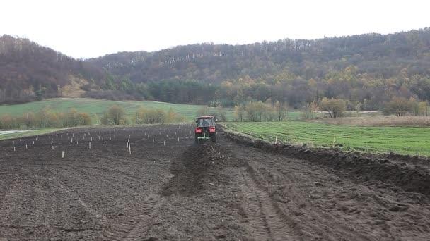 Traktor v zemědělství parcelou pro pěstování plodin