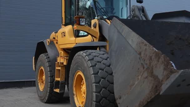 Prodal znamení objevit se před velké žluté traktor