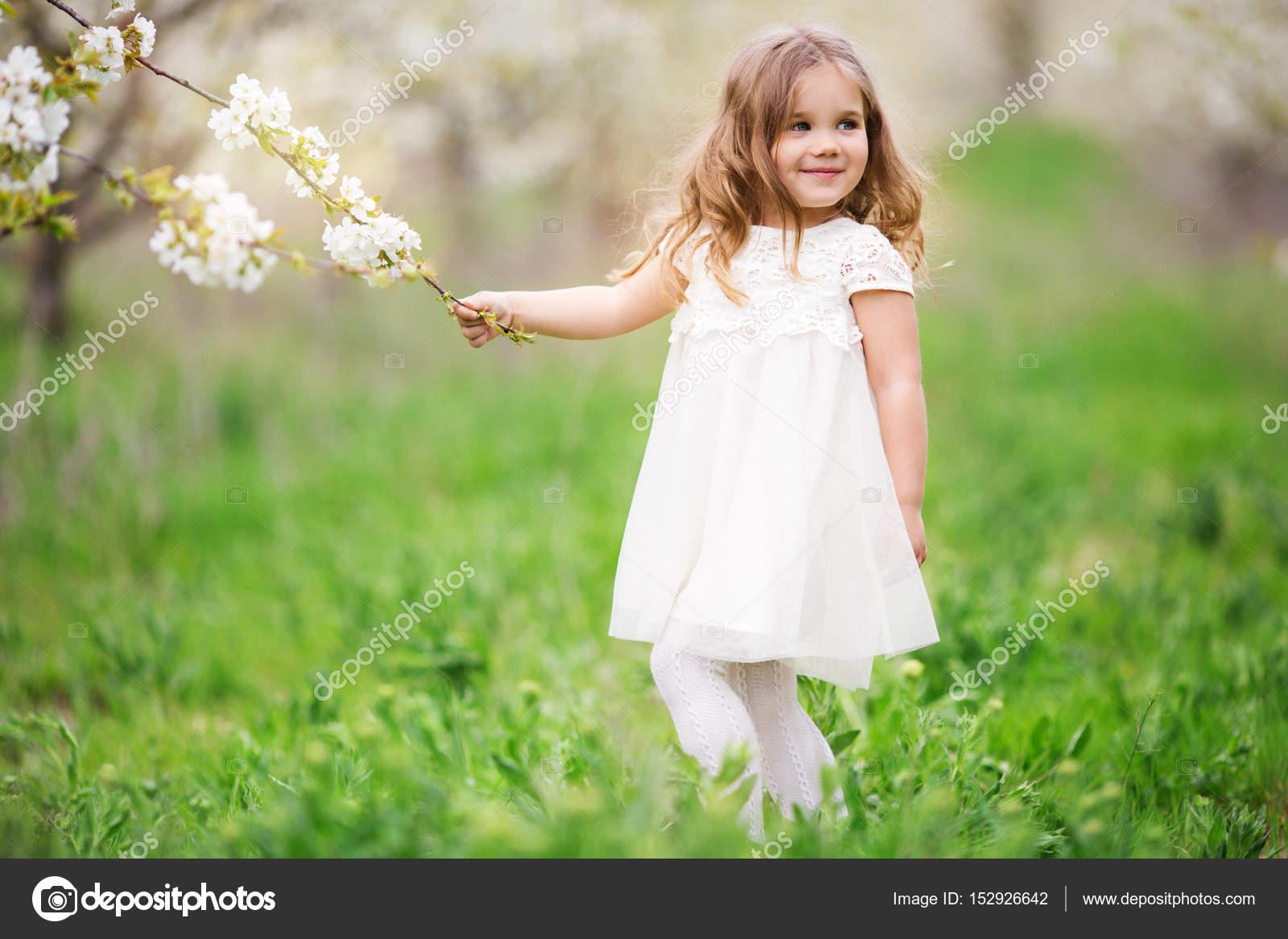 03471e401a Muchacha del niño bonito en el jardín de primavera de flor — Foto de Stock