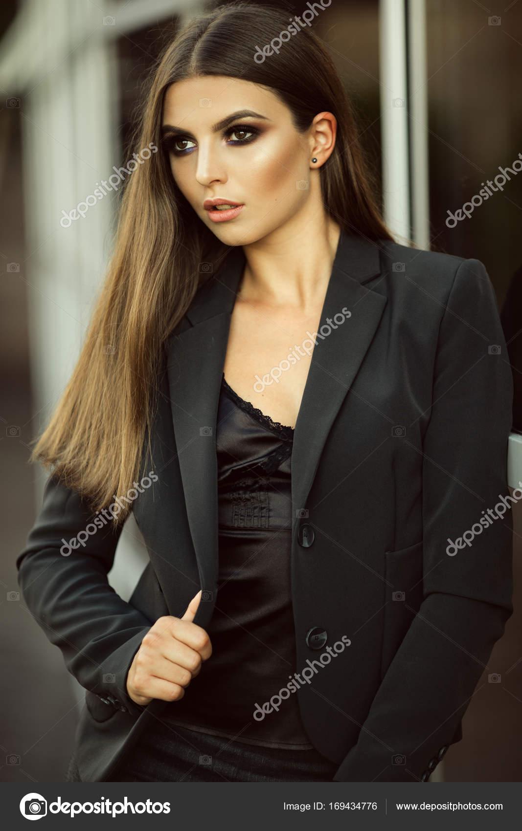 a7e7e9e68ea5 Πορτραίτο κοριτσιού σοβαρή επιχείρηση μόδας φοράει μαύρα επίσημα ρούχα κοντά  σε μεγάλα γυάλινα παράθυρα — Φωτογραφία