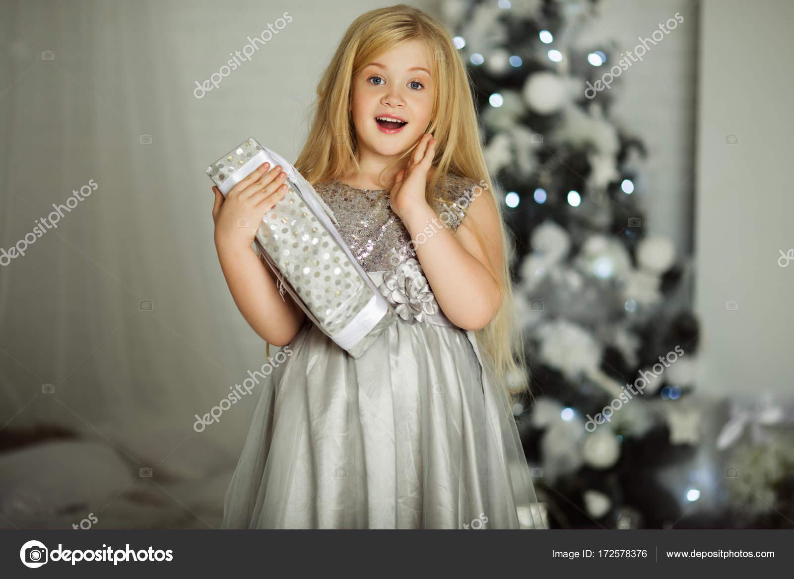 Frohe Weihnachten und schöne Ferien. Hübsche blondes Mädchen mit ...