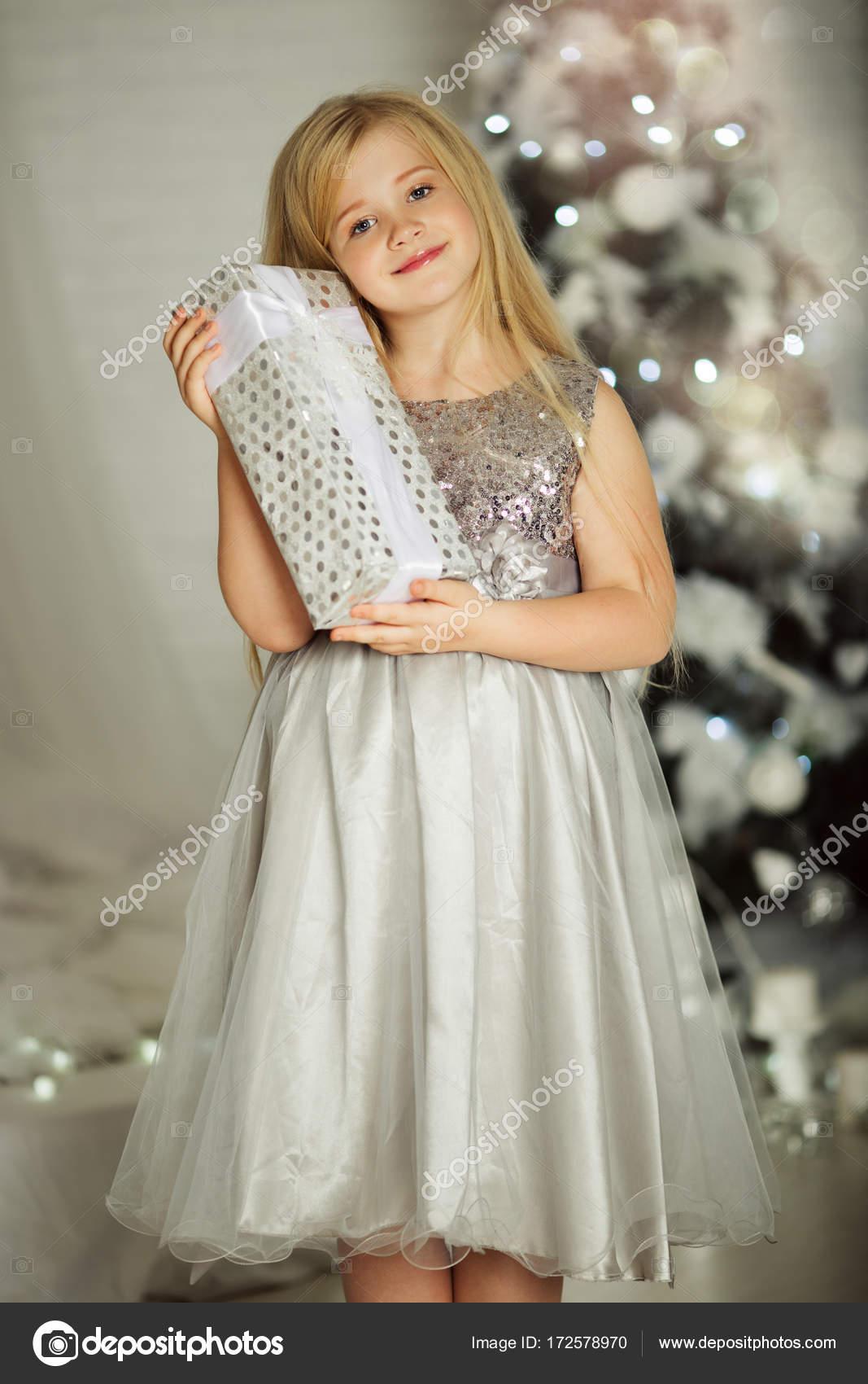 Frohe Weihnachten und schöne Ferien. Hübsche blondes Mädchen hält ...
