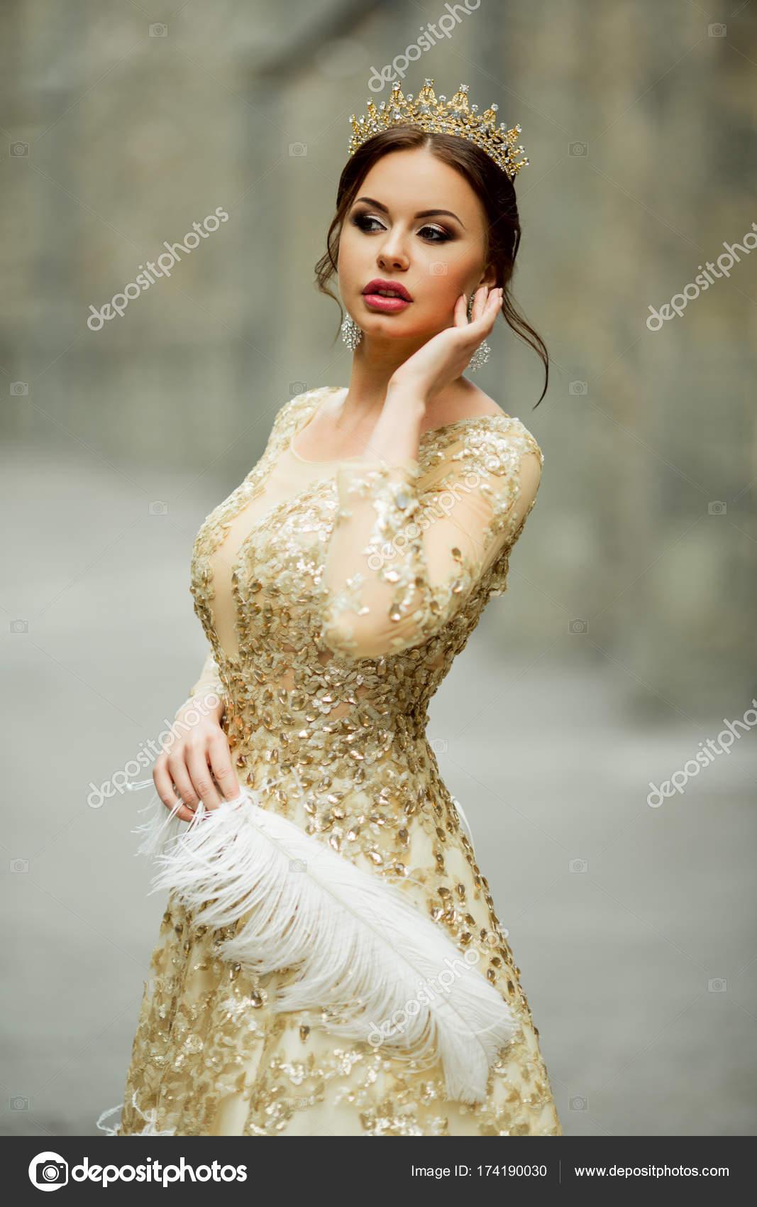 Schöne Frau mit Fashion Make-up trägt Prinzessin Luxus Kleid und ...