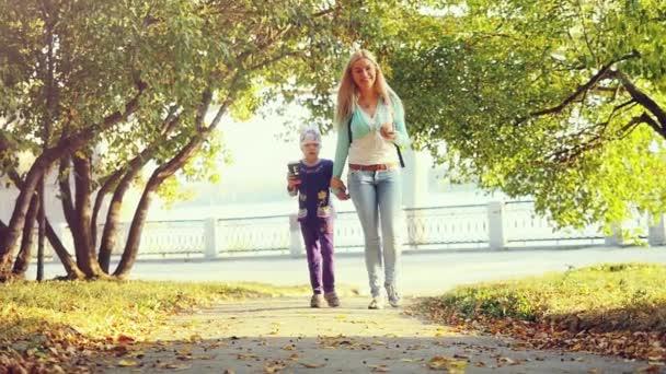 šťastná rodina Matka a dítě malou dceru na podzimní park v slowmotion. 1920 × 1080