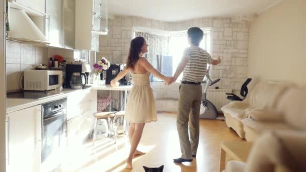 Manžel vede svou ženu v jejich nový domov, mladý pár objetí v jejich nový byt a také kočka tam jede v slowmotion. 1920 × 1080
