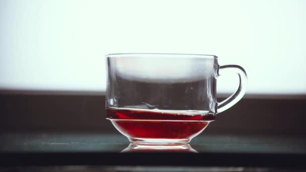 Nalil černý čaj do průhledného skla. 1920 × 1080