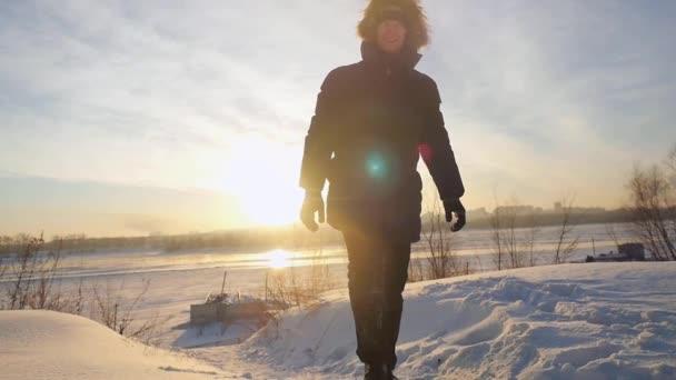 Člověče, procházky, pěší turistiku a dosáhnout vrcholu hory skrze slunce na krásný západ slunce ve zpomaleném filmu. 1920 × 1080