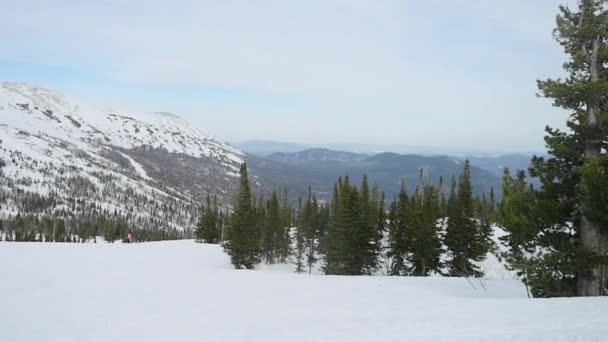 Krajina krásná zimní příroda lesní horské oblasti v pomalé moton. 1920 × 1080