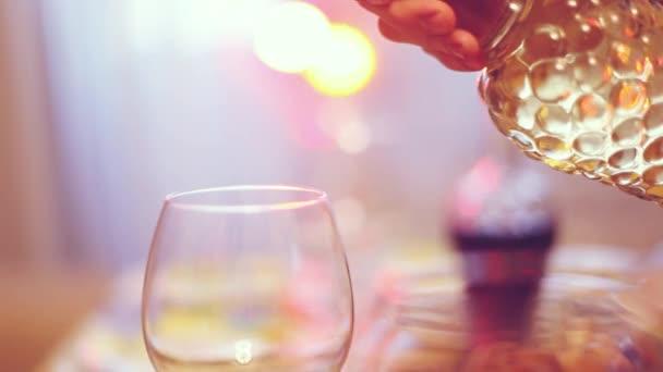 Nalil do skla na servírované stolní bílé víno