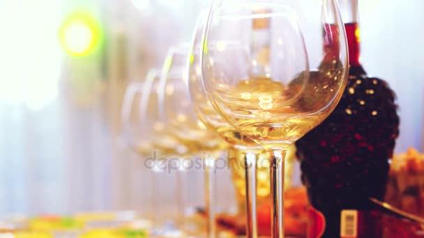 Skleněné skleničky na stole v restauraci, slavnostní stůl, sklenice vína jevištního osvětlení. 3840 x 2160