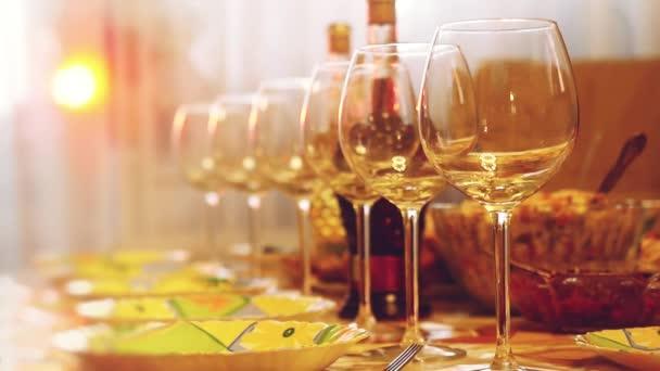 Illuminazione Tavoli Ristorante : Bicchieri di vetro su un tavolo in un ristorante tavoli