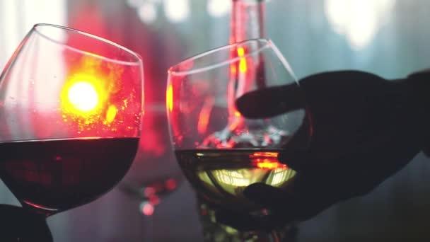 Lidé drží sklenic vína na přípitek v pomalém pohybu na stole dovolená s bokeh světla na pozadí. 1920 × 1080