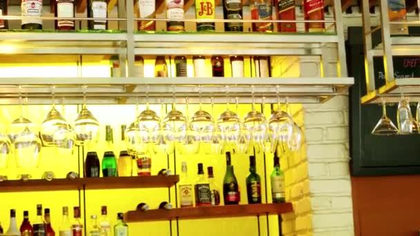 Bangkok, Thajsko 23 listopadu 2015 prázdný panel s brýlemi alkoholu a visí v restauraci s kuchařem, 3840 x 2160