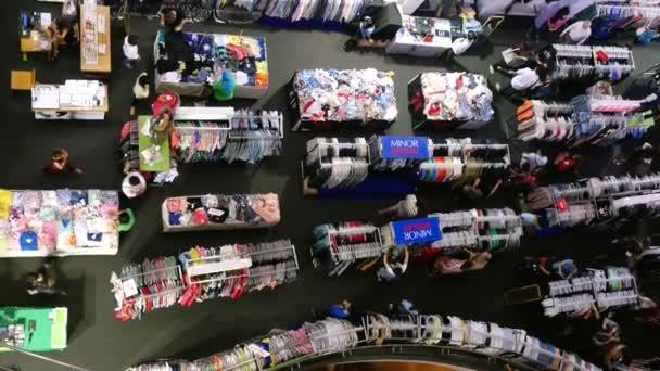 Thajsko, Bangkok, 24 listopad 2015. Pohled shora lidí v nákupní centrum vybrat nějaké oblečení. 3840 x 2160