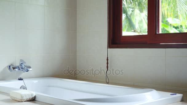 Panoramatické okno na pohledu džungle v tropickém ostrově v slunečný den, koupelna. 3840 x 2160