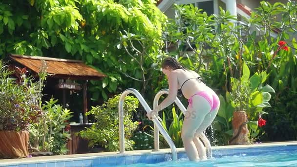 Krásná žena z bazénu v pomalém pohybu. 1920 × 1080