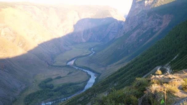 山の崖。明らかに旋回道路谷夏風景をハイキングの冒険。4 k、3840 x 2160\u2013 ストック映像