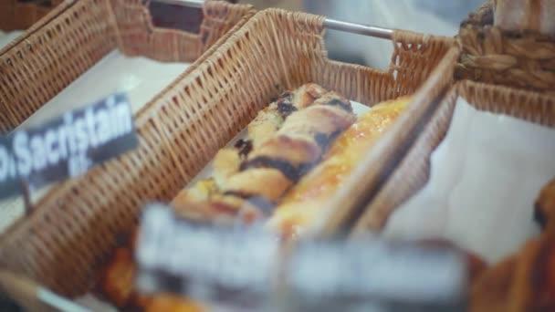 Čerstvě pečené chleby, bagety, rohlíky na prodej v pekárně. 1920 × 1080