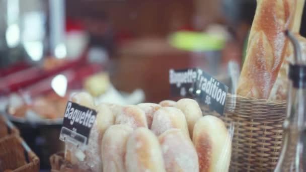 Čerstvě pečené chleby, bagety, rohlíky na prodej v proutěných koších v pekárně. 1920 × 1080