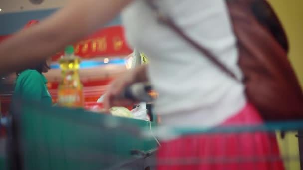 Thaiföld, Koh Samui, 2015. december 12. Vevő nő vásárol asok karácsonyi ünnepek alatt. Pont-ból Kiárusítás. Pénztár vizsgál termékeket vásárolnak. 1920 x 1080