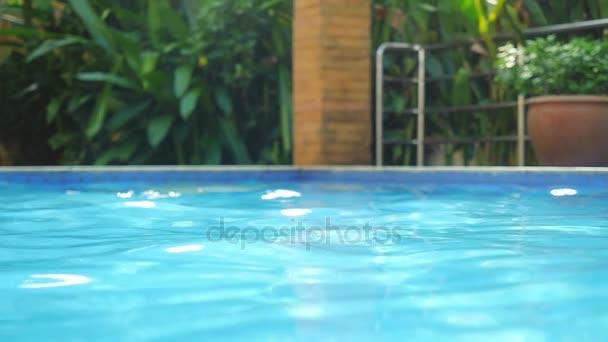 Krásný bazén s odražené vody ve vile na sluníčko v pomalém pohybu. 1920 × 1080