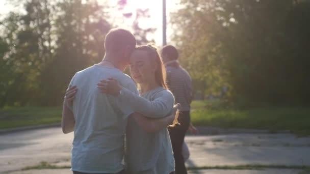 Rusko, Novosibirsk, 21 května 2017. City Festival lidí protančit v parku na letního času během krásný západ slunce v pomalém pohybu, flash mob veselá mužů a žen. 1920 × 1080