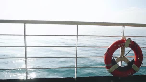 rote Rettungsboje über blauem ruhigem Meerwasserhintergrund. Echtzeit in Zeitlupe. 1920x1080