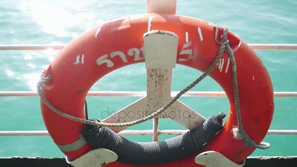 Nahaufnahme roter Rettungsboje über blauem ruhigem Meerwasserhintergrund. Echtzeit in Zeitlupe. 1920x1080
