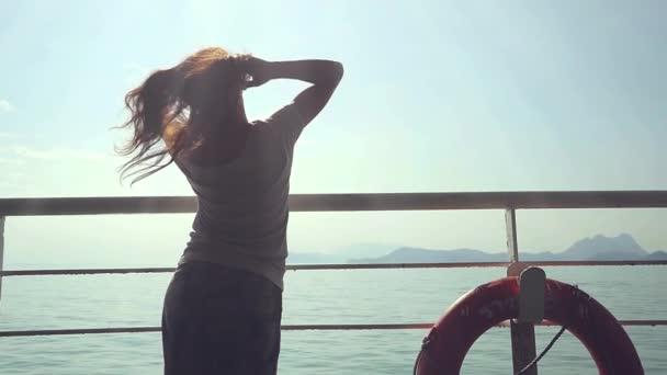 verträumte Frau in der Nähe von Rettungsring genießen erstaunliche Meereslandschaft während der Reise in Zeitlupe, verschwommene sonnige Reflexion auf dem Meer. 1920x1080