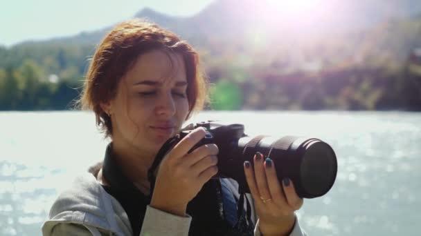 Krásná žena s rudými vlasy fotograf pořizování fotografií pomocí profesionálních kamer venku na výlet. Ženské turista fotit mimo venkovní způsobu života v přírodě krajiny. 3840 x 2160